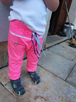 Dětské tepláky fluo růžové s předním sedlem a krajkou vyrobeno v ČR